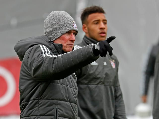 Bayern-Trainer Jupp Heynckes hebt im Training den Finger.
