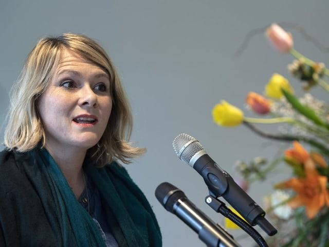 Kathrin Bertschy spricht in ein Mikrofon