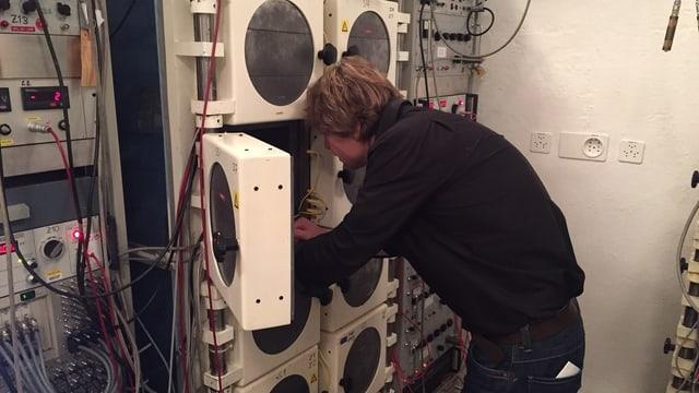 Mann vor einem Schrank in einem Labor.