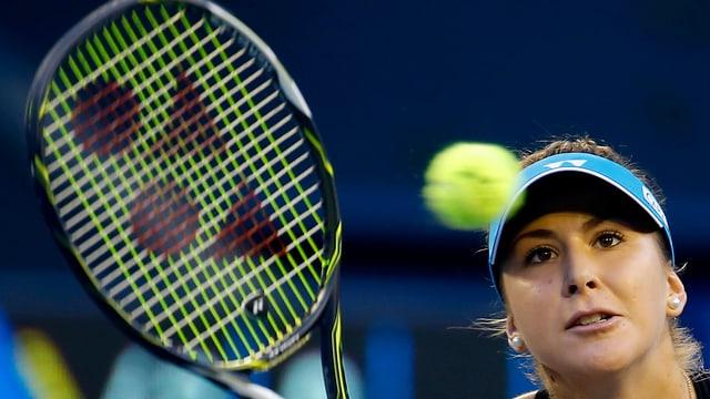 Belinda Bencic guarda sin la balla da tennis