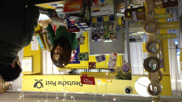 In einem Haushaltswarengeschäft in Gailingen existiert eine Filiale der Deutschen Post. In der Adventszeit stehen Schweizer Kunden Schlange.