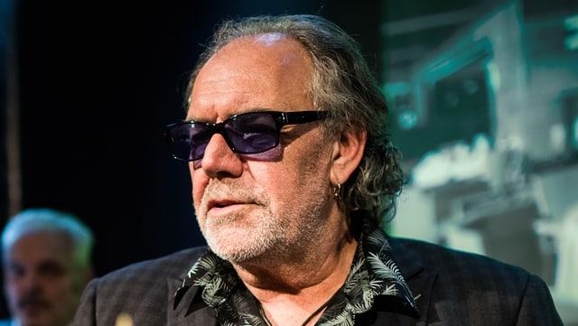 Mann mit Sonnenbrille und langen Haaren