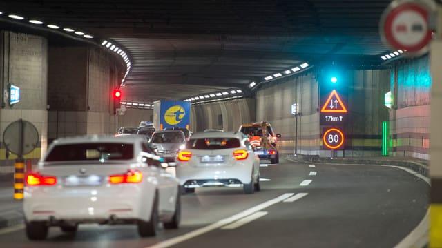 Autos che charreschan tras il tunnel existent.