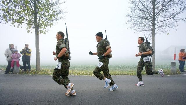 Der Frauenfelder Waffenlauf führt über die volle Marathondistanz inklusive Gepäck und Sturmgewehr: Drei Waffenläufer im Rennen