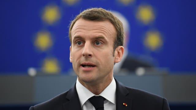 Macron vor einem EU-Emblem.