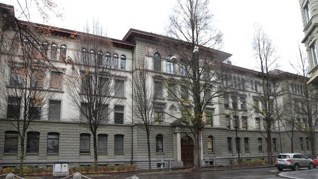 Gebäude des Fach- und Wirtschaftsmittelschulzentrums in Luzern.