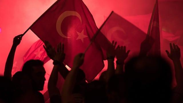 Türksische Nationalisten protestieren am 17. Juli in Istanbul gegen den Putschversuch des Militärs.