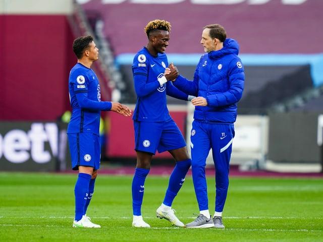 Thomas Tuchel mit zwei Chelsea-Spielern.
