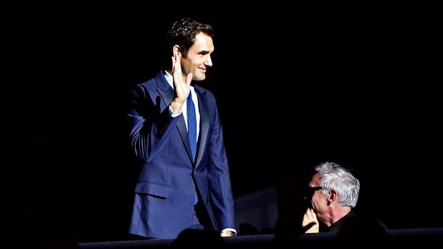 Roger Federer grüsst die Anwesenden im Kino Corso.