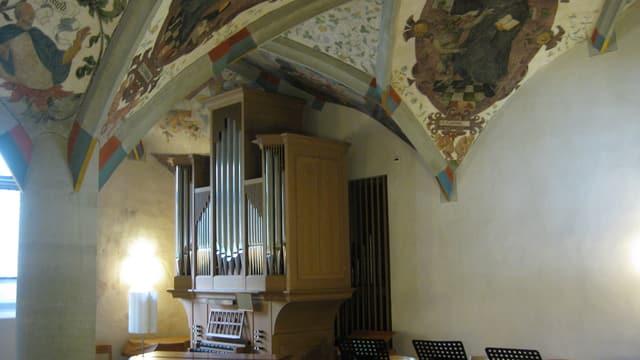 Bemalte Bogendecke über einer Orgel