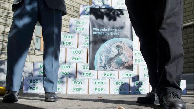 Kartons vor der Bundeskanzlei bei der Lancierung der Initiative.