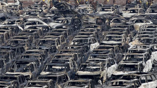 Reichen ausgebrannter Autowracks.