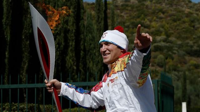 Alexander Owetschkin trägt die Flamme aus Olympia