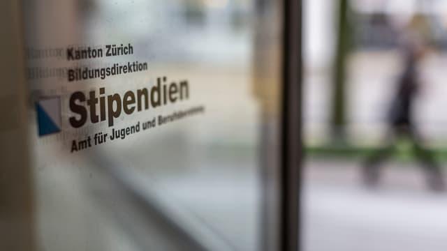Eine Glastür mit der Aufschrift «Kanton Zürich Bildungsdirektion Stipendien»