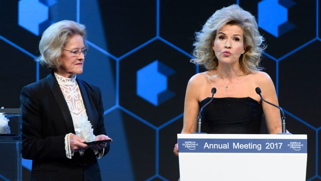 Anne Sophie Mutter hält eine Rede.