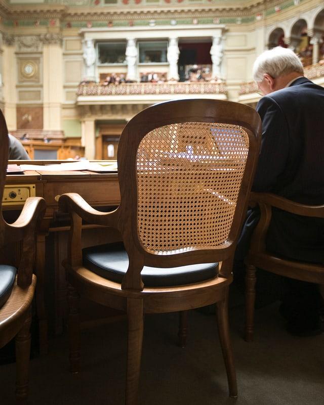 Ein leerer Stuhl.
