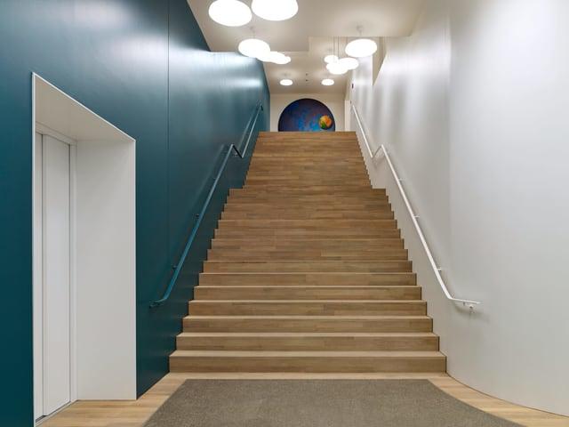 Eingangsbereich des neuen SRF-Standort  mit grosser Treppe.