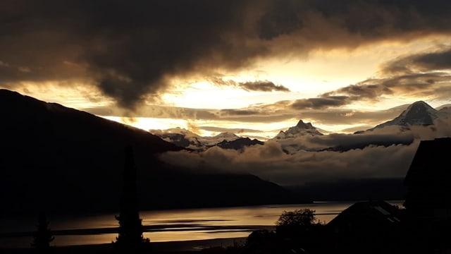 Goldene Wolkenlücke über dem Berner Oberland.
