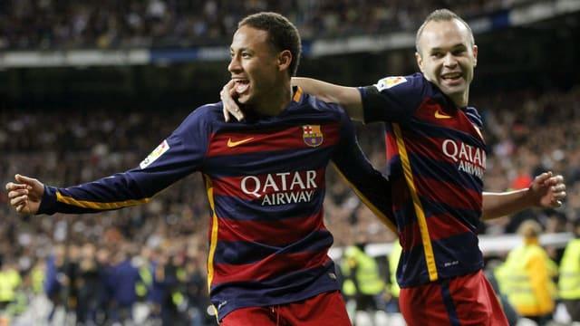 Neymar (links) und Andres Iniesta feiern das 2:0.