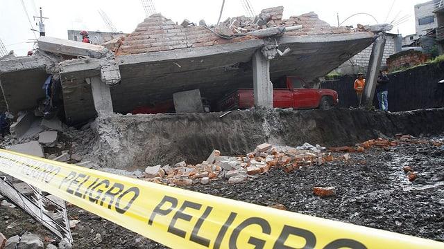 Numerus bajetgs devastads er a Quito - in terratrembel da 7,8 ha scurlattà l'Ecuador