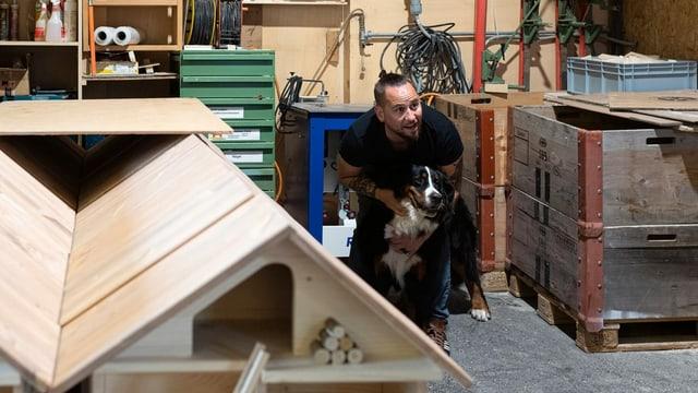 Marc Trauffer mit Hund in einer Werkstatt