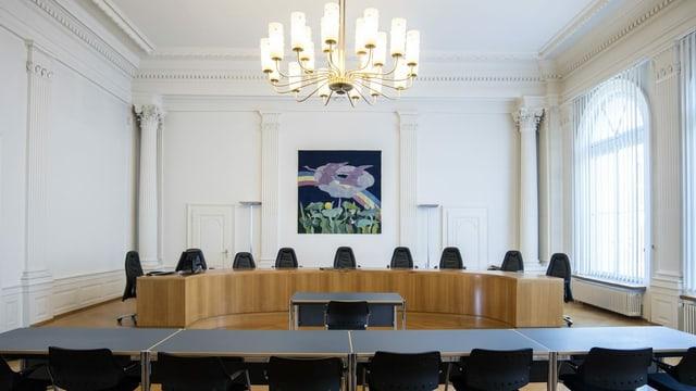 Ein leerer Gerichtssaal in einem stattlichen Gebäude mit sehr vielen Stühlen
