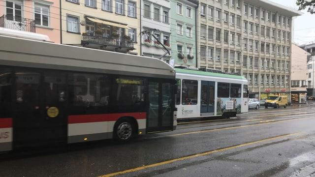 Tram und Bus fahren am Marktplatz vorbei.