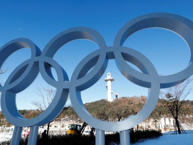 Eine Aufnahme aus dem Alpensia Resort mit den 5 Olympischen Ringen im Vordergrund.