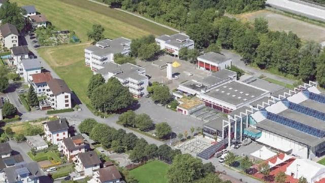 Schulhausareal mit verschiedenen Gebäuden