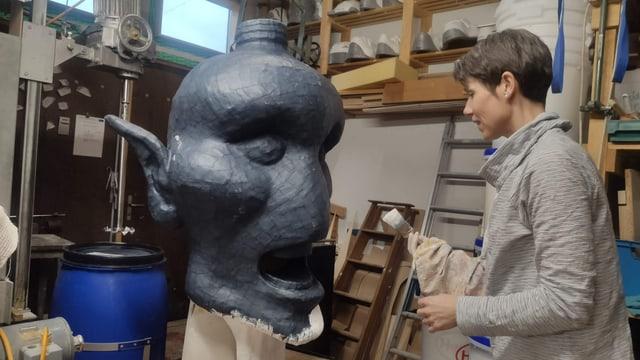 Maske mit Frau