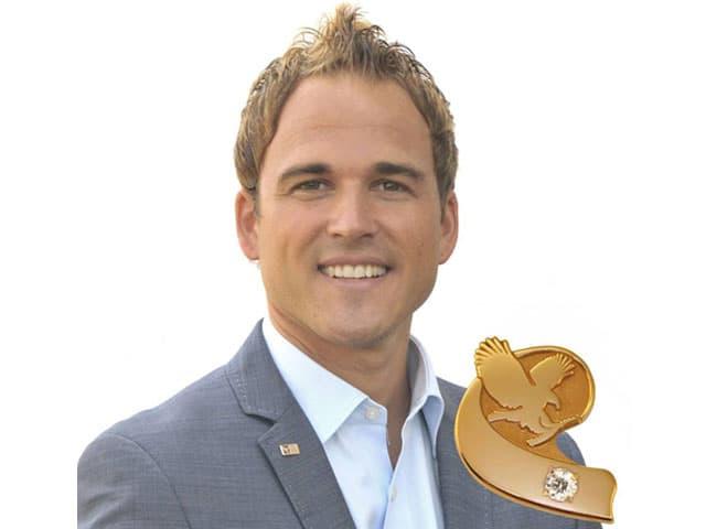 Ein junger Mann mit einem goldenen Pin.