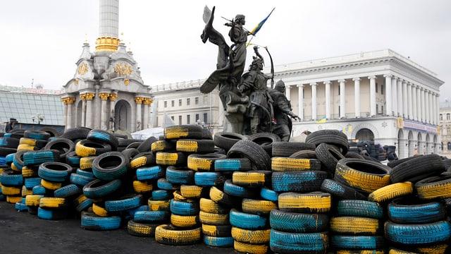 Mauer aus gelben und blauen Gummireifen in Kiew.