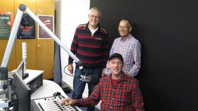 Oben links steht Initiator Peter Willener, neben ihm Koordinator Gianni Python. Der Techniker, Adi, sitzt am Pult.