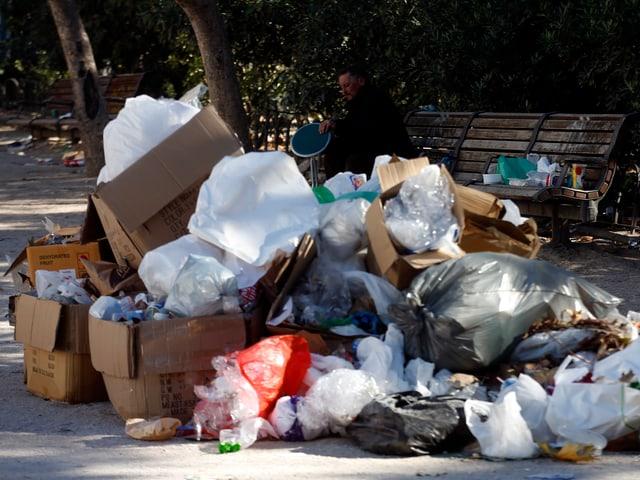 Müllhaufen an einer Strasse.
