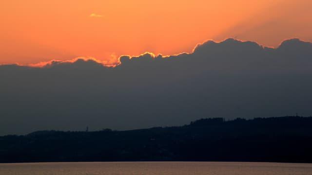Abendstimmung am Murtensee mit dicken Wolken Richtung Jura.