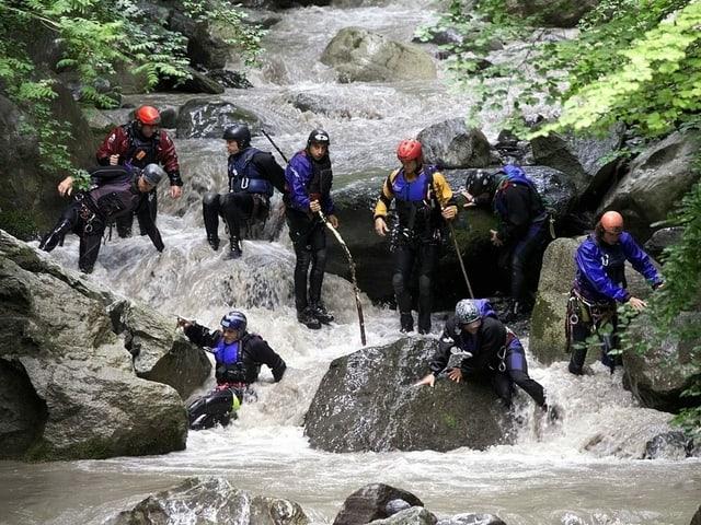 Rettungskräfte suchen im Saxetbach nach Vermissten.