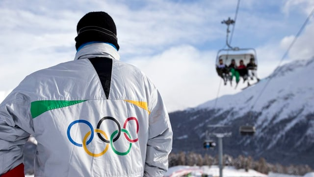 Mann mit Olympia-Jacke.