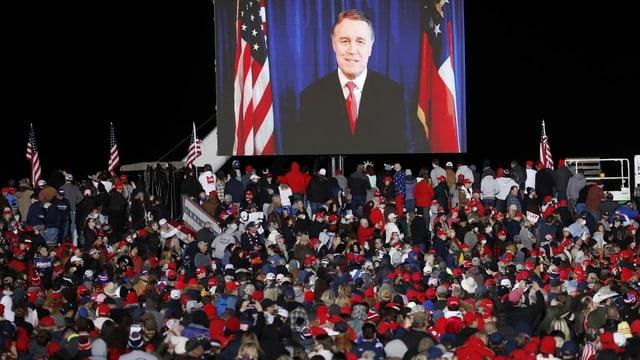 David Perdue auf einem grossen TV-Screen vor seinen Anhängern.