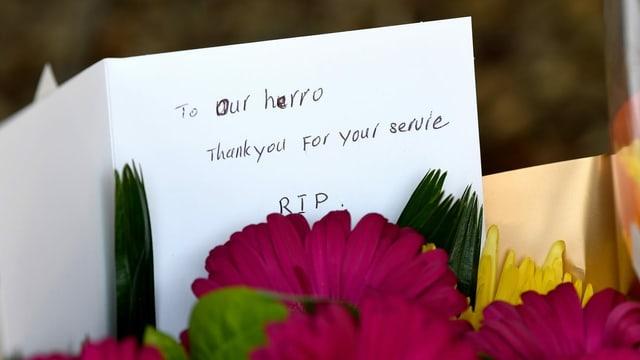 Blumen für einen toten Feuerwehrmann in Horsley Park, im Bundesstaat New South Wales.