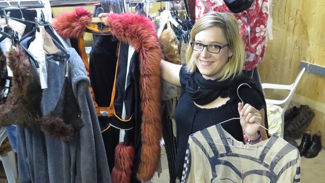 Ursina Wyss zeigt zwei Kostüme aus «Cats»