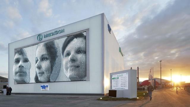 Die Kinetische Fassade zeigt die Gesichter dreier Personen an