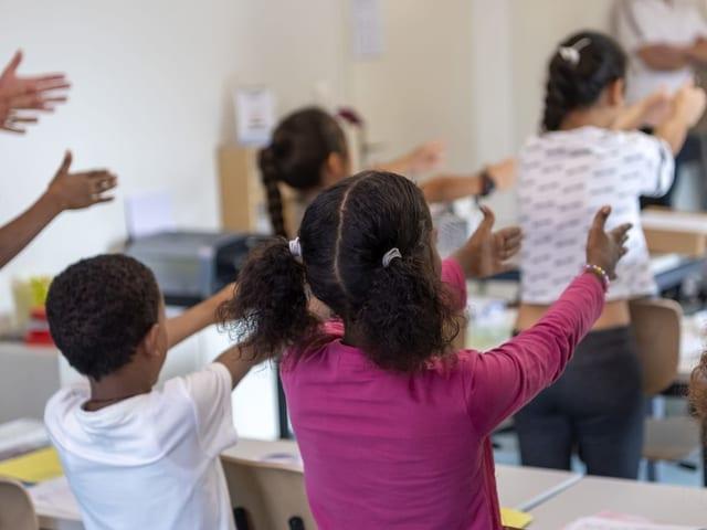 Die Kinder und Jugendlichen werden nach Alter in Gruppen aufgeteilt. Jeweils zwei Lehrpersonen unterrichten sie gemeinsam.