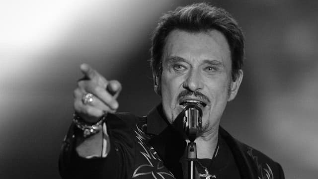 Johnny Hallyday tar in concert.