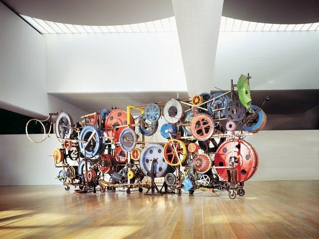 Eine Tinguely-Skulptur mit vielen bunten Rädern steht in einem Saal im Museum Basel.