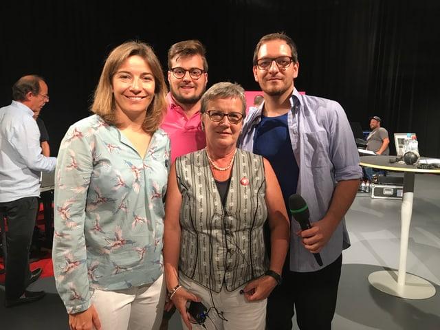 Ils quatter candidats (da san.) Miriam Derungs, Virgile Bonvin, Agnes Kälin e Norman Lipari curt avant l'emissiun.