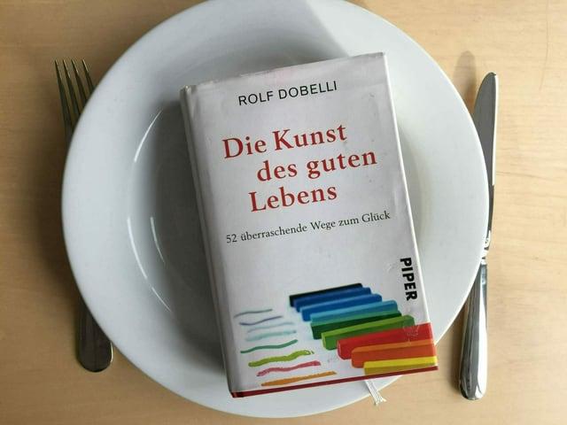 Buch auf einem weissen Teller