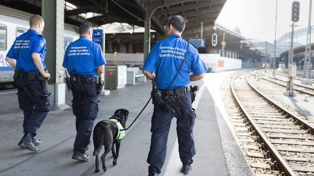 Guardias da cunfin fan patruglia sin la staziun da tren a Basilea.