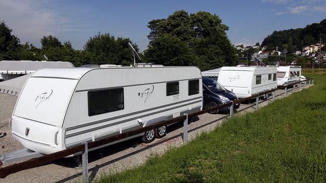 Mehrere Wohnwagen stehen auf dem Durchgangsplatz für Fahrende in Aarau im Schachen.