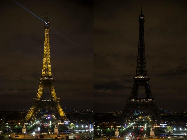 Eiffelturm in Paris mit und ohne Scheinwerfer.