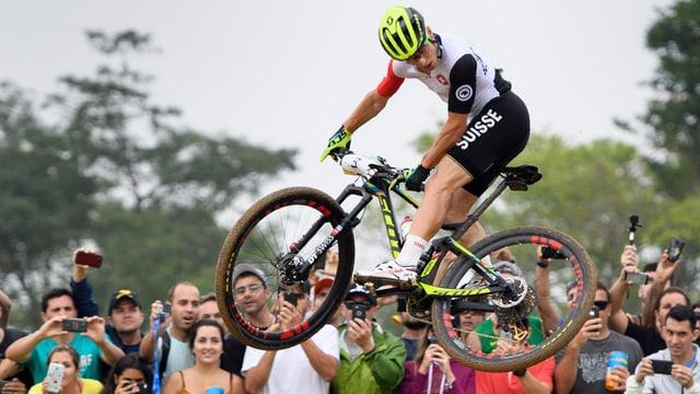 Nino Schurter durant la cursa olimpica a Rio.